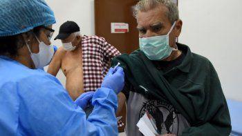 Un trabajador de la salud aplica una vacuna contra la gripe a un anciano en Asunción, el 15 de abril de 2020 durante la pandemia de coronavirus COVID-19. Las autoridades de salud en Paraguay están alentando a las personas mayores de 60 años a vacunarse contra la gripe para reducir las complicaciones de quienes podrían contagiarse con el nuevo coronavirus.