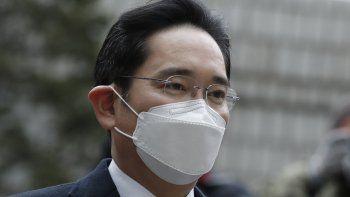 El vicepresidente de Samsung Electronics Lee Jae-yong llega al Alto Tribunal de Seúl en Seúl, Corea del Sur, el lunes 18 de enero de 2021. La corte condenó a Lee a dos años y medio de prisión por un caso de corrupción.