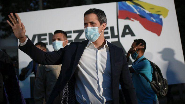 En esta foto del 12 de noviembre de 2020, el líder opositor Juan Guaidó llega a la manifestación de campaña Venezuela alza la voz en el barrio Terrazas del Ávila de Caracas, Venezuela. La coalición de oposición liderada por Guaidó está boicoteando la próxima votación legislativa del 6 de diciembre.
