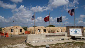 En imagen de archivo del 18 de abril de 2019 y revisada por funcionarios de las fuerzas militares de Estados Unidos, banderas ondean frente al Campamento Justicia en la Base de la Marina de Estados Unidos en la Bahía de Guantánamo, Cuba.