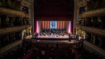 La Orquesta Filarmónica Nacional toca el Himno Nacional al inicio de una ceremonia para conmemorar los 200 años de la firma del Acta de Independencia del Perú, en el Teatro Nacional de Lima el 15 de julio de 2021.