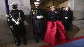Lady Gaga, acompañada por el capitán de escolta de la Marina, Evan Campbell, llega para cantar el himno nacional en la investidura del presidente electo Joe Biden, en Washington DC.