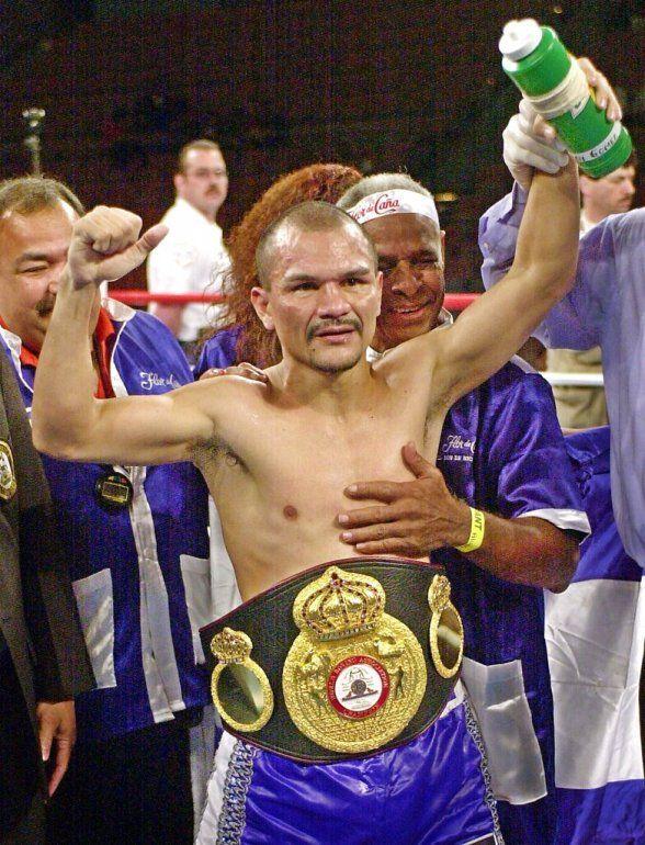El nicaragüense Rosendo Álvarez celebra su victoria por decisión dividida en 12 asaltos sobre el colombiano Beibis Mendoza en pelea por el campeonato de peso ligero en Las Vegas.