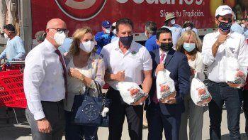 Alcalde Hernández distribuyó pavos y pies de frutas en el condominio para personas mayores Daisy & Rosa junto a representantes de la cadena de tiendas Sedanos y de la institución de salud Leon Medical Center.