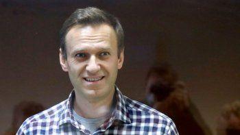 En esta foto del 20 de febrero de 2021, el líder opositor ruso Alexei Navalny permanece detrás de un cristal en la corte de distrito de Babuskinsky, en Moscú, Rusia.
