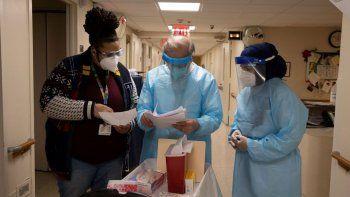 Personal de las Farmacias CVS revisa las notas antes de administrar la vacuna contra el COVID-19 en un asilo de ancianos en el barrio de Harlem, en Nueva York, el viernes 15 de enero de 2021.