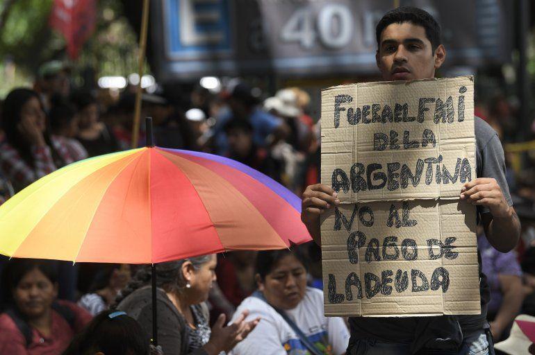 Miembros de partidos políticos y movimientos sociales protestan contra la visita de una delegación del Fondo Monetario Internacional en Buenos Aires
