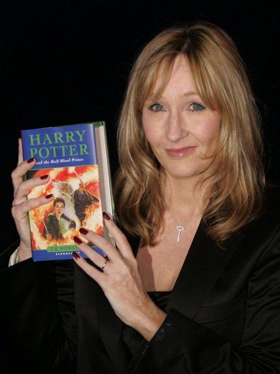 En esta fotografía de archivo del 15 de julio de 2005 J.K. Rowling con una copia de su libro Harry Potter and the Half-Blood Prince en el Castillo de Edimburgo