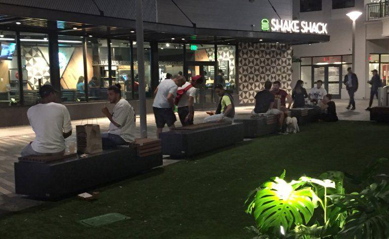 Un grupo de jóvenes acude a un popular parque en Miami en la noche.