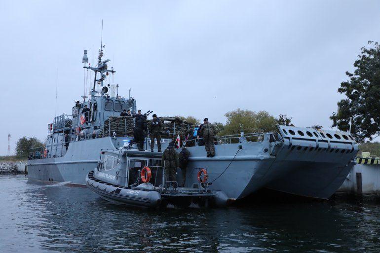 Buzos de la Armada polaca en el canal de navegación cerca de la isla de Karsibor en su camino a la operación para desactivar una bomba submarina de cinco toneladas de la Segunda Guerra Mundial abandonada al sur de la ciudad de Swinoujscie