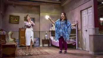 Itatí Cantoral, izquierda, y Regina Orozco en el set de la tercera temporada de la serie Se rentan cuartos en una imagen proporcionada por Comedy Central.