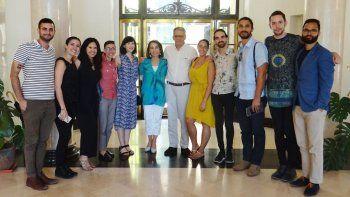 El grupo de los primeros jóvenes cubanosmericanos que viajó a Cuba tras el restablecimiento de las relaciones fue recibido por el entonces jefe de negocios de la Embajada de EEUU en la isla.