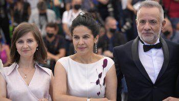 """La directora Teodora Ana Mihai, de izquierda a derecha, Arcelia Ramírez y Álvaro Guerrero posan en la sesión fotográfica de """"La civil"""" en la 74a edición del Festival de Cine de Cannes, en Francia."""