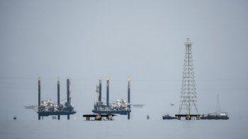 Esta imagen de archivo tomada el 2 de mayo de 2018, las plataformas petroleras se muestran sobre el lago de Maracaibo, en Maracaibo, Venezuela. El número de plataformas petroleras activas en el país con las mayores reservas de petróleo cayó a cero en junio de 2020, según el recuento mensual de Baker Hughes, en comparación con 22 que estaban en funcionamiento hace un año. La cifra superaba los cien en 1998.