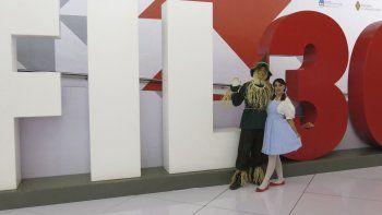 En esta foto del 28 de noviembre del 2016, promotores de la biblioteca gratuita digital El Libro Total, vestidos como personajes de El mago de Oz, posan durante la Feria Internacional del Libro de Guadalajara.