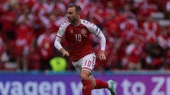 El futbolista de la selección danesa Christian Eriksen corre durante un partido del Grupo B de la Eurocopa entre Dinamarca y Finlandia en el estadio Parken de Copenhague, Dinamarca, el sábado 12 de junio de 2021