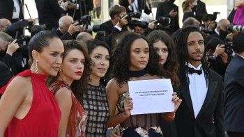 La directora brasileña Anita Rocha da Silveira (3aL) llega con el elenco de su película Medusa, los actores brasileños Bruna Linzmeyer (2aL), Mariana Oliveira (3aR), Lara tremouroux (2aR) y Felipe Frazao (R) para la proyección de la película Tre Piani (Tres pisos) en la 74 edición del Festival de Cine de Cannes en Cannes, sur de Francia, el 11 de julio de 2021.