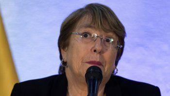 La alta comisionada de Naciones Unidas para los Derechos Humanos, Michelle Bachelet, ofrece una rueda de prensa en el Aeropuerto Simón Bolívar de Maiquetia, al finalizar su visita a Venezuela.