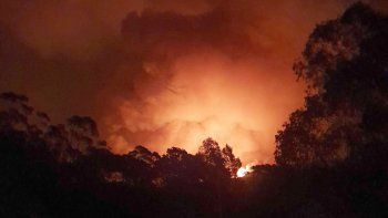 Foto del 31 de diciembre del 2019 suministrada por la residente Siobhan Threlfall que muestra las llamas que se acercan a Nerrigundah, una de las localidades más golpeadas por los incendios forestales de Australia.