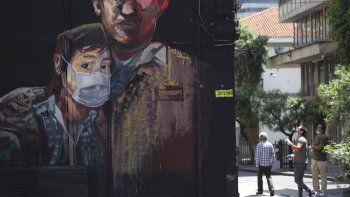 Un mural pintado recientemente muestra a un joven usando una máscara durante una cuarentena ordenada por el gobierno para evitar contagios por el nuevo coronavirus en Bogotá, Colombia, el lunes 13 de abril de 2020.