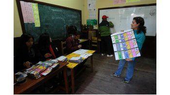 Jurados electorales en el momento que se inició el escrutinio electoral tras ocho horas de votación para elegir a nueve gobernadores y 339 alcaldes bolivianos. Foto EFE.