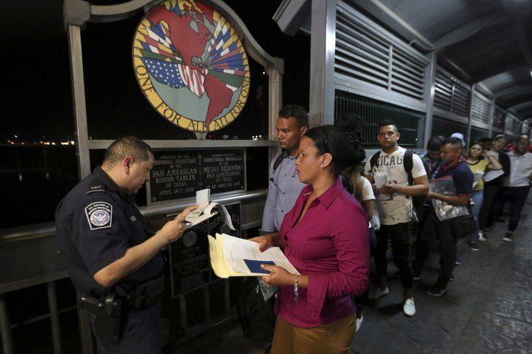 Un agente de la Oficina de Aduanas y Protección Fronteriza estadounidense en el puente internacional 1 de Nuevo Laredo