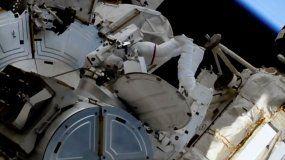En esta imagen de un video de la NASA, el astronauta francés Thomas Pesquet, izquierda, y el astronauta estadounidense Shane Kimbrough en las afueras de la Estación Internacional.