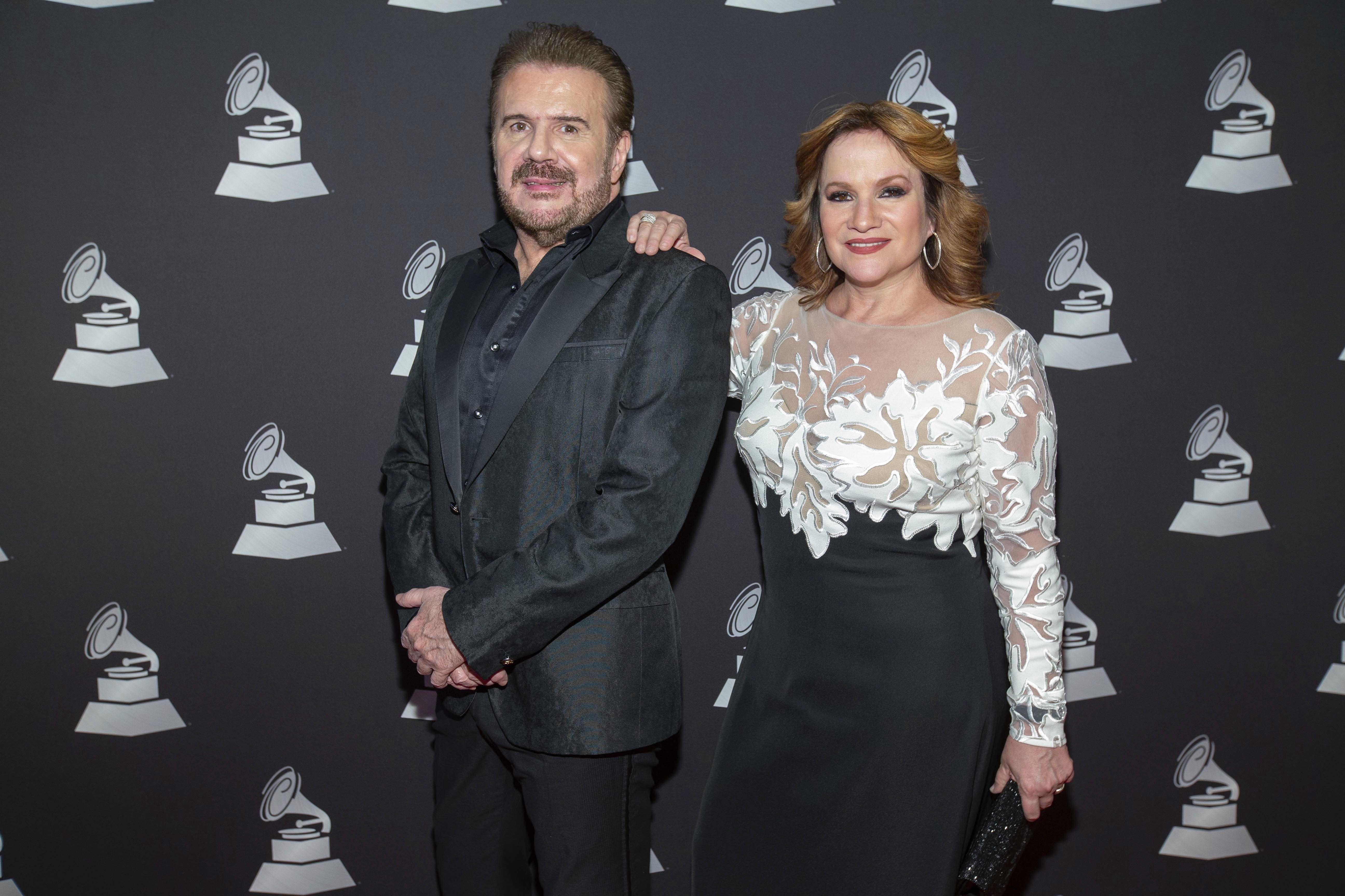 Los hermanos Joaquín y Lucía Galán, de Pimpinela, llegan a la entrega de los premios especiales de los Latin Grammy el 13 de noviembre de 2019 en Las Vegas.