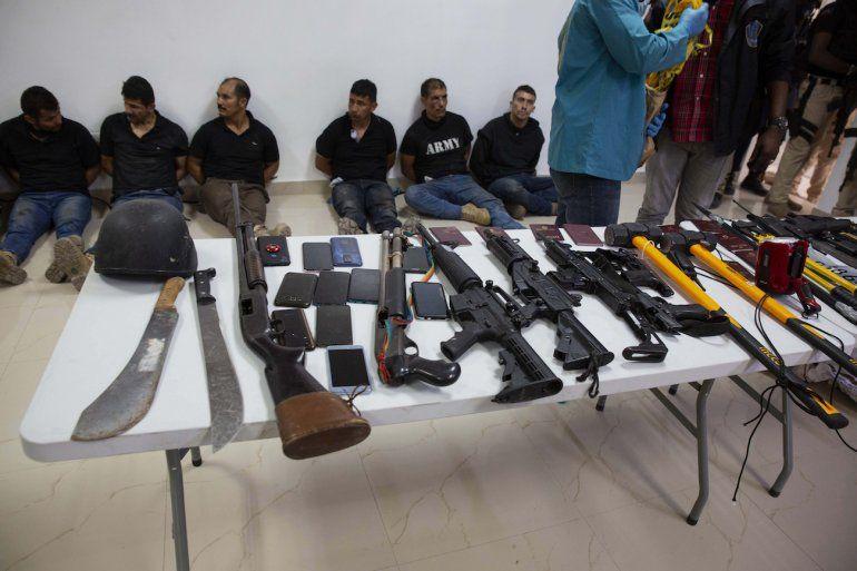 Varios detenidos por el asesinato del presidente haitiano Jovenel Moise son presentados a los reporteros junto con las armas y equipo que supuestamente utilizaron en el ataque