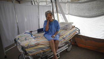 Nancy Rodriguez, de 76 años y enferma con COVID-19, se seca las lágrimas mientras habla de su batalla contra el virus en una tienda de campaña para pacientes que serán dados de alta del hospital Pérez de León II, un hospital público en el que opera la organización Médicos sin fronteras en el barrio de Petare, Caracas.