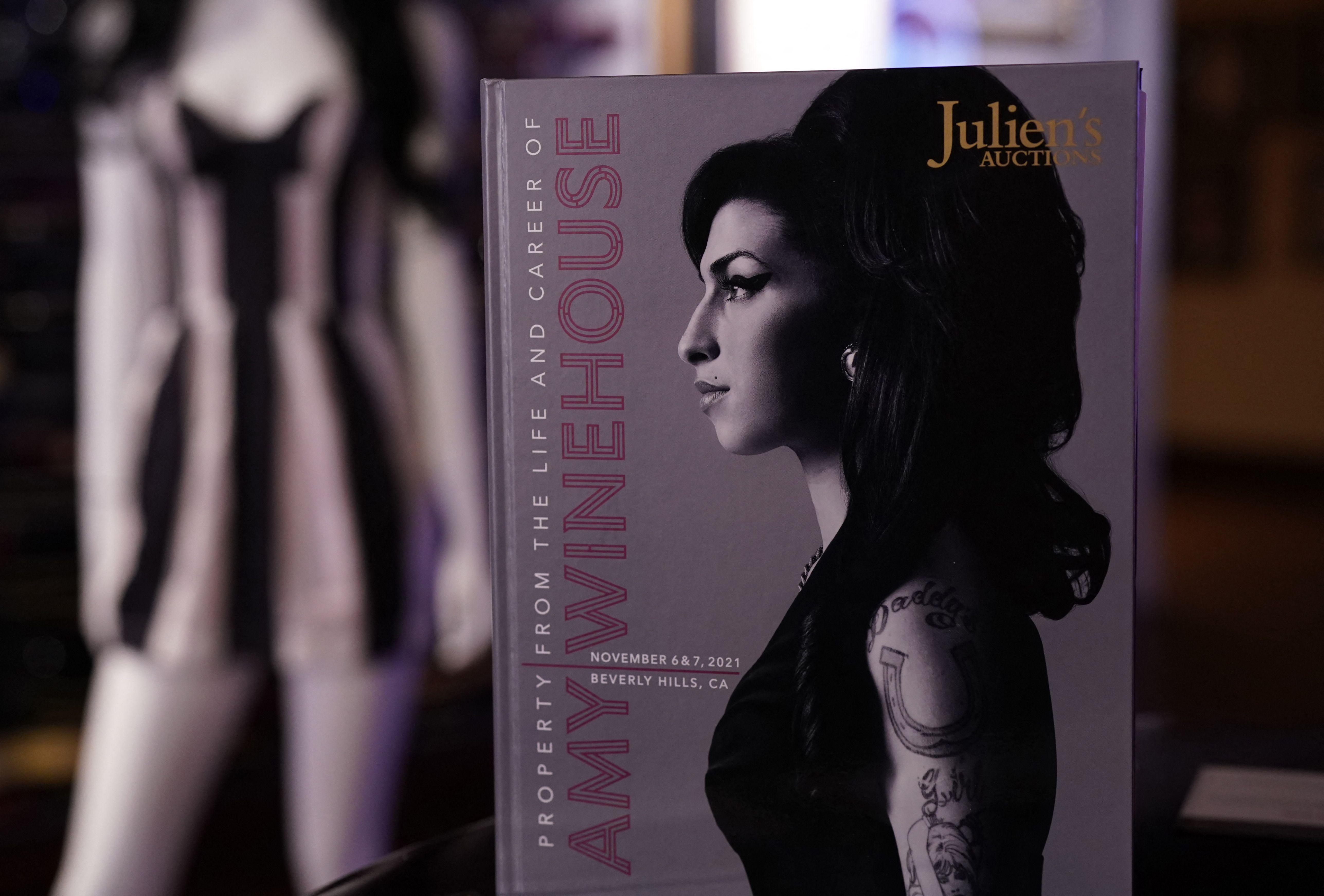 Un catálogo de subasta se muestra a la prensa de Nueva York en la exhibición pública de la Propiedad de la vida y carrera de Amy Winehouse de Juliens Auctions en Nueva York, el 11 de octubre de 2021.