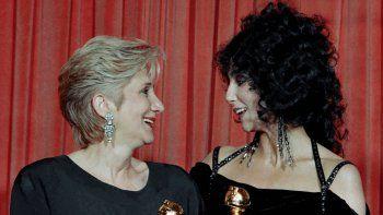 En esta foto del 24 de enero de 1988, Olympia Dukakis y Cher posan tras ganar el Globo de Oro a la mejor actriz de reparto y a la mejor actriz, respectivamente, por Moonstuck, en Beverly Hills, California. Dukakis, veterana actriz de cine y teatro cuyo talento para los papeles maternos la llevó a ganar el Premio de la Academia, falleció el sábado 1 de mayo de 2021. Tenía 89 años.