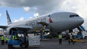 Los empleados del aeropuerto descargan un lote de 1.5 millones de dosis de la vacuna Moderna donada por los EEUU que llegó al Aeropuerto Internacional Aurora en la Ciudad de Guatemala, el 8 de julio de 2021.