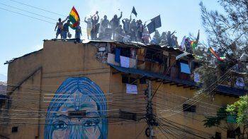 Presos protestan en el techo del penal San Sebastián pidiendo mejor atención médica en medio de la pandemia del nuevo coronavirus en Cochabamba, Bolivia, el lunes 27 de julio de 2020.