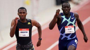 Erriyon Knighton, a la izquierda, se adelanta a Jerome Blake para ganar la carrera B masculina de 200 metros durante los Juegos Dorados de la USATF en Mt. San Antonio College Domingo, 9 de mayo de 2021, en Walnut, California