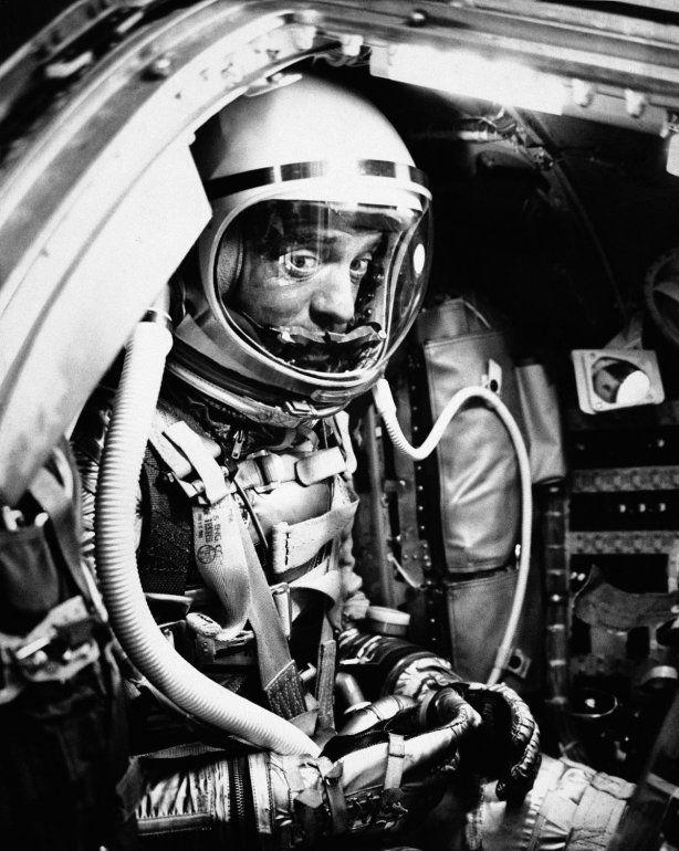 La foto del 5 de mayo de 1961 muestra al astronauta Alan Shepard en su cápsula en Cabo Cañaveral