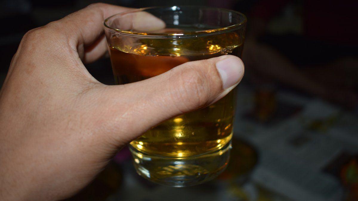 Mueren 24 personas en India tras ingerir alcohol casero