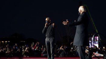El expresidente Barack Obama presenta al candidato presidencial demócrata y exvicepresidente Joe Biden, durante un evento de movilización en el Belle Isle Casino en Detroit, Michigan, el 31 de octubre de 2020.