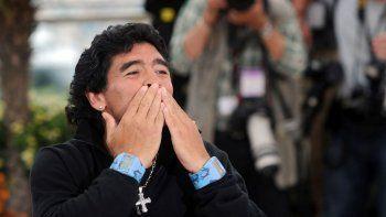 Diego Maradona lanza un beso a sus fans en Cannes, Francia, el 20 de mayo de 2008. Maradona ha fallecido de un paro cardíaco, el miércoles 25 de noviembre de 2020, en Buenos Aires. Tenía 60 años.