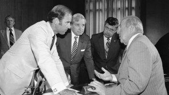 El entonces secretario de Estado de EEUU George Shultz (d) con legisladores en Washington. De izq a der: los senadores Joseph Biden, Charles Percy y Edward Zorinsky. Foto tomada el 13 de julio de 1982.