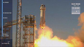 El cohete New Shepard se alza desde su plataforma de lanzamiento en Texas para ensayar una nueva tecnología de alunizaje para NASA que ayudá a enviar astronautas a la luna en el 2024.