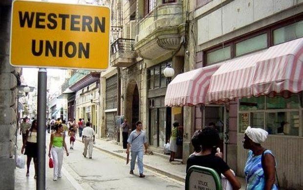 Cartel que anuncia una oficina de la Western Union en la calle Obispo, en La Habana.