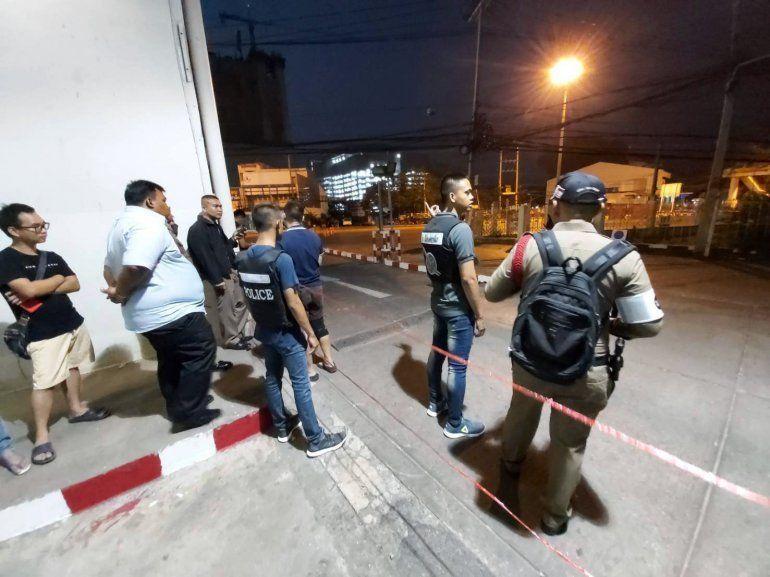 Varios policías montan guardia en una zona acordonada alrededor del centro comercial Terminal 21