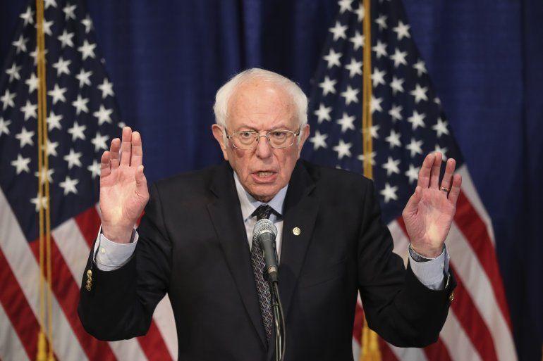 El aspirante a la candidatura presidencial demócrata Bernie Sanders habla con la prensa el miércoles