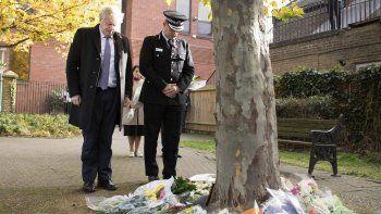 El primer ministro británico Boris Johnson está parado junto al jefe de la policía de Essex Ben-Julian Harrington después de depositar flores durante una visita a las oficinas del Concejo de Thurrock, Inglaterra, el lunes, 28 de octubre del 2019, para rendir tributo a 39 personas cuyos cadáveres fueron hallados la semana pasada en un camión en el sur del país.
