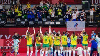 Las jugadoras de Brasil celebran su victoria en el partido de voleibol femenino de cuartos de final contra el Comité Olímpico Ruso durante los Juegos Olímpicos de Tokio 2020