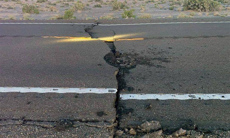 Fotografíade una grieta en una carretera tras el terremoto de 6.4 que sacudió a Nevada