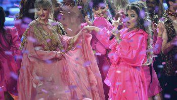 Taylor Swift y Shania Twain actúan al final de la ceremonia de los American Music Awards, el domingo 24 de noviembre, en el Teatro Microsoft, en Los Angeles.