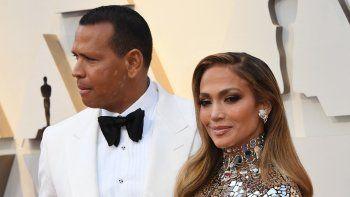 En esta foto de archivo tomada el 24 de febrero de 2019, la cantante y actriz estadounidense Jennifer Lopez (derecha) y el exjugador de béisbol Alex Rodríguez (A-Rod) llegan a la 91 entrega anual de los Premios de la Academia en Hollywood, California.