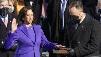 Kamala Harris rinde juramento como vicepresidenta ante la juez de la Corte Suprema Sonia Sotomayor mientras su esposo Doug Emhoff sostiene la Biblia en la 59a ceremonia de investidura presidencial en el capitolio en Washington DC.